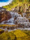 La pequeña cascada con agua cristalina, rocas con los tonos amarillentos, paisaje se registró en el capitolio, gerais de Minas fotografía de archivo libre de regalías