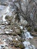 La pequeña cascada fluye abajo del acantilado Imagenes de archivo
