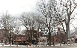 La pequeña ciudad de Nueva Inglaterra de Keene, de New Hampshire y de su verde de pueblo Imagen de archivo