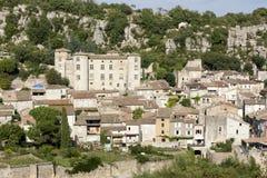 La pequeña ciudad de Vogue con el castillo, Francia fotografía de archivo