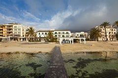 La pequeña ciudad Port de Pollenca en Majorca septentrional - España Fotos de archivo