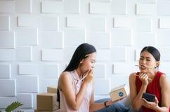 La pequeña empresa subrayó al dueño de la mujer que trabajaba en casa la oficina, sme femenino asiático del empresario del comien imagenes de archivo
