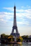 La pequeña estatua de la libertad cerca de la torre Eiffel Fotos de archivo