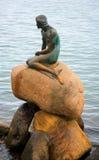 La pequeña estatua de la sirena en Copenhague Foto de archivo libre de regalías