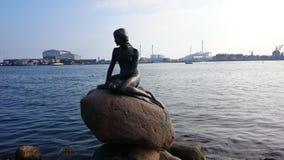 La pequeña estatua de la sirena en Copenhague Fotos de archivo