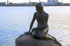 La pequeña estatua de la sirena en Copenhague, Dinamarca Imágenes de archivo libres de regalías
