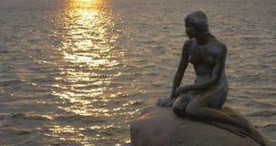 La pequeña estatua de la sirena en Copenhague, Dinamarca almacen de metraje de vídeo