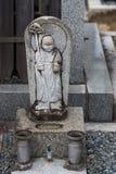 La pequeña estatua de un bodhisattva en jardín de Shinnyo-hace templo Foto de archivo