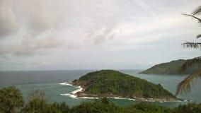La pequeña isla deshabitada en el océano Fotografía de archivo