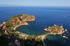 La pequeña isla Isola Bella en Giardini Naxos, según lo visto de TA Fotos de archivo libres de regalías