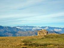 La pequeña meseta del Pla Guillem, los Pirineos y el viejo refugio de piedra Parque regional de los Pirineos catalanes en Francia fotos de archivo