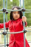 La pequeña muchacha asiática se está divirtiendo en patio fotografía de archivo
