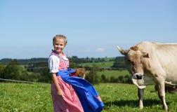 La pequeña muchacha bávara sonriente en un país coloca durante Oktobe Fotografía de archivo libre de regalías