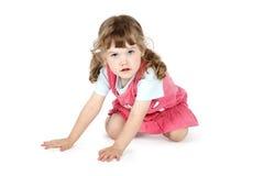 La pequeña muchacha bonita se sienta en piso Imagen de archivo