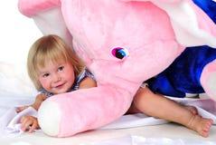 La pequeña muchacha con el elefante rosado grande Fotografía de archivo