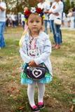 La pequeña muchacha con un bolso Fotografía de archivo