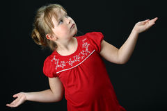 La pequeña muchacha decide qué hacer en negro Imagen de archivo