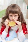 La pequeña muchacha enferma en cama está tomando la medicina Foto de archivo libre de regalías