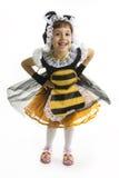La pequeña muchacha es traje de la abeja. Foto de archivo libre de regalías