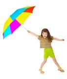 La pequeña muchacha feliz está jugando con el paraguas del color Imágenes de archivo libres de regalías