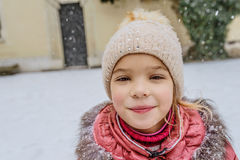 La pequeña muchacha hermosa camina en Wawel, Kraków imagen de archivo libre de regalías