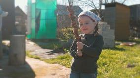 La pequeña muchacha linda quiere comer el shashlik de la barbacoa en un pincho almacen de metraje de vídeo