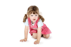 La pequeña muchacha linda se sienta en piso Imagen de archivo