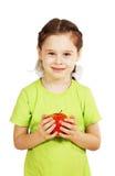 La pequeña muchacha linda sostiene una manzana roja grande Imagen de archivo