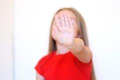 La pequeña muchacha muestra la negación con su mano Imágenes de archivo libres de regalías