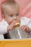 La pequeña muchacha rubia bebe el agua Fotografía de archivo libre de regalías