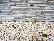 La pequeña piedra y la piedra gris del marbel texturizan la pared de ladrillo fotografía de archivo
