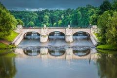 La pequeña presa del parque público de Tsaritsyno en Moscú, Rusia foto de archivo libre de regalías