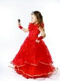 La pequeña princesa linda se vistió en rojo aislada en el fondo blanco Fotos de archivo libres de regalías