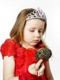 La pequeña princesa linda se vistió en rojo aislada en el fondo blanco Imagenes de archivo