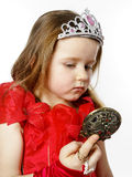 La pequeña princesa linda se vistió en rojo aislada en el fondo blanco Imágenes de archivo libres de regalías