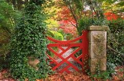 La pequeña puerta roja en los jardines de Bebeah Fotos de archivo