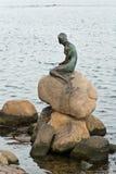 La pequeña sirena en el puerto de Copenhague Imagen de archivo libre de regalías