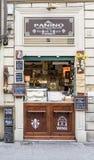 La pequeña tienda típica llamó Panino en el cuadrado de Sata Maria Novella que vendía la comida con los carteles pintados con tiz fotografía de archivo