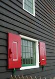 La pequeña ventana adorna la casa del vintage Imagenes de archivo