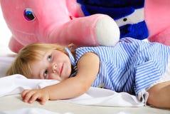La pequeña muchacha con el elefante rosado grande Fotos de archivo libres de regalías
