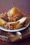 La pera caramellata ha immerso con le arachidi decorate con permesso dorato Immagine Stock