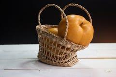 La pera china en cesta tejida fotografía de archivo