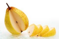 La pera fresca fruttifica con le fette e le gocce dell'acqua. Fotografia Stock