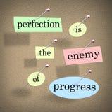 La perfección es el enemigo del progreso que dice el tablón de anuncios de la cita Fotografía de archivo