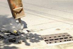 La perforatrice della strada sta scavando il fondo stradale fotografia stock libera da diritti