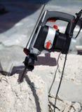 La perforatrice dentro il mattone concreto Fotografia Stock Libera da Diritti