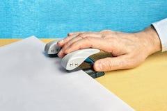 La perforatrice fait des trous en page de papier blanche photographie stock libre de droits