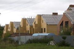 La periferia alloggia le case suburbane di novità Immagine Stock