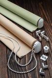 La persiana rodada del beige está en una superficie de madera Fotos de archivo libres de regalías