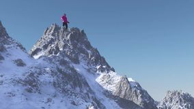 La persona alla cima della montagna illustrazione di stock